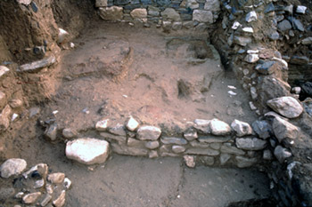 View of room B2 with the kiln (left) and the clay structure (right)